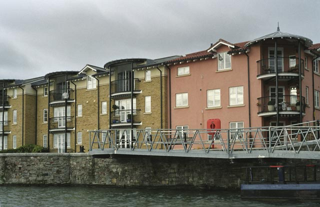 bristol UK Britain england south west pictures city photograph architecture buildings Europe young youth exchange visit holiday knowle west media project escola de bagium portuguese The waterways of Bristol are home to commercial ships, floating restaurants, pleasure boats and even a floating night-club, and a cocktail bar on a converted Dutch barge.